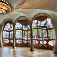 Another great building that should be on the list of every tourist is Casa Batlló. Yes, it was also designed by Gaudi himself. This is obvious at first glance. The property is located near La Pedrera, on the Paseo de Gracia. Casa Batlló attracts everyone who walks around this area.